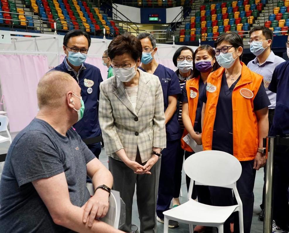公務員事務局局長聶德權昨日和特首到接種中心探望。