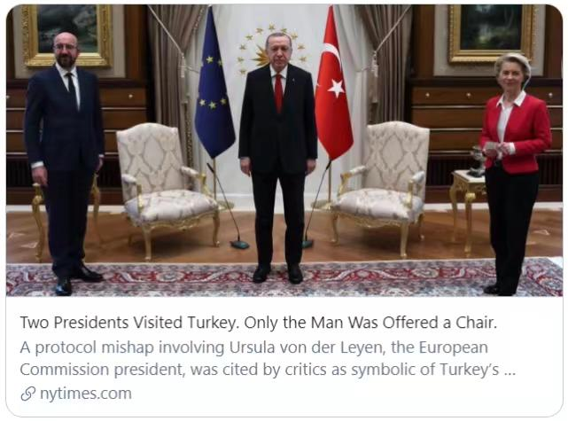 """《纽约时报》的标题是""""两位欧盟高级官员到访土耳其,只给男性官员提供了椅子。""""《纽约时报》报道截图。"""