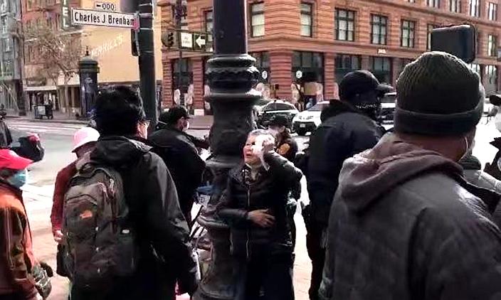 謝婆婆一邊用冰袋敷臉,一邊罵打她的傑金斯正仆街。