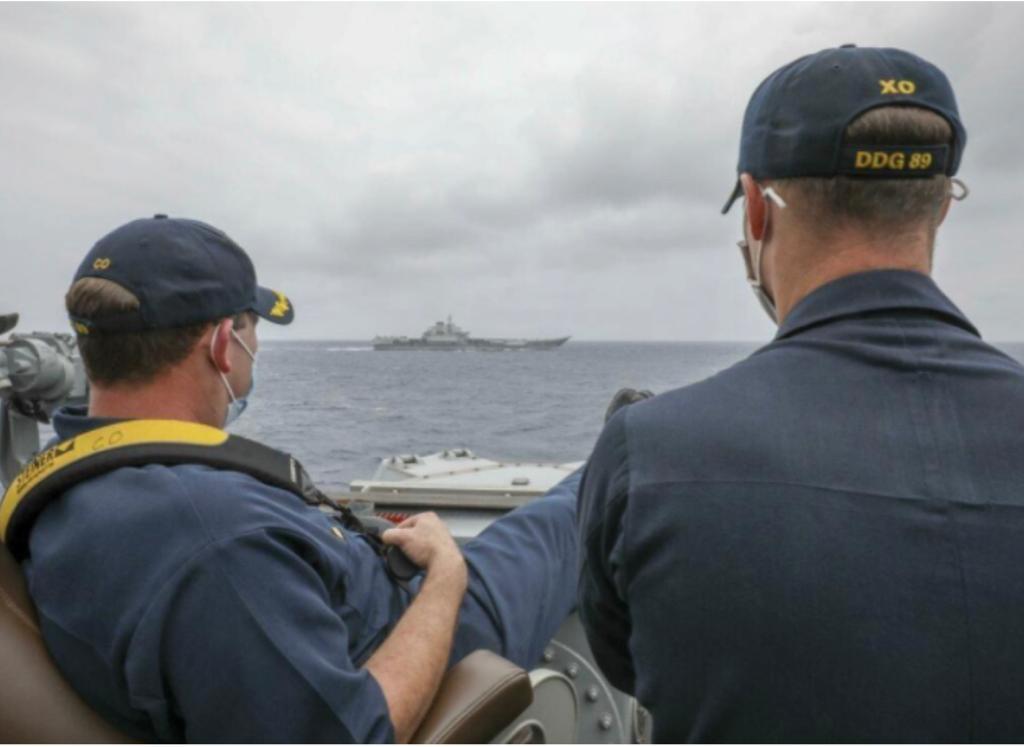 """美军发表""""马斯廷""""号驱逐舰正副舰长监测远方的中国海军航母辽宁舰。"""