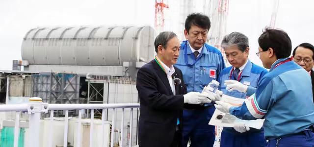 去年9月26日,日本首相菅義偉在福島第一核電站視察時問核廢水能不能喝,東電回復:稀釋了能喝。菅義偉最終沒喝。朝日新聞圖片