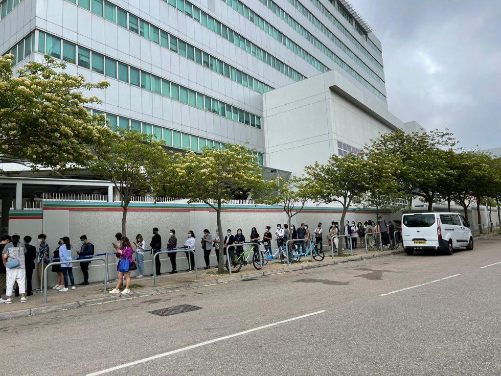 参加者人头涌涌,围绕电视城。