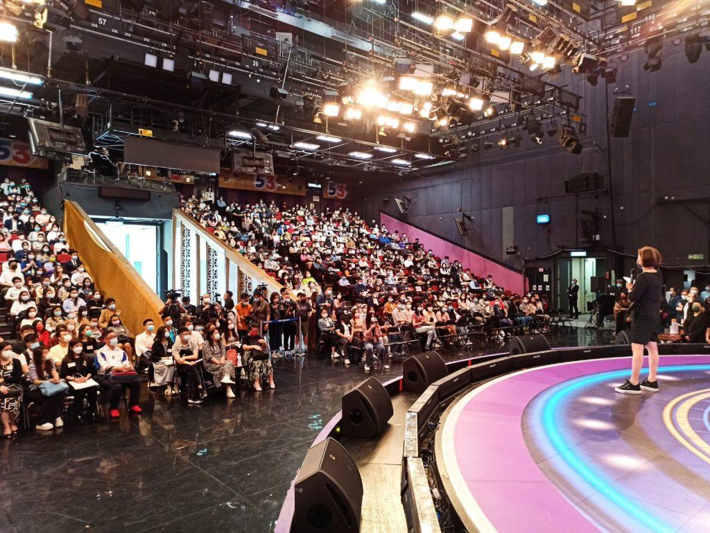 参加者坐满一号录影厂。