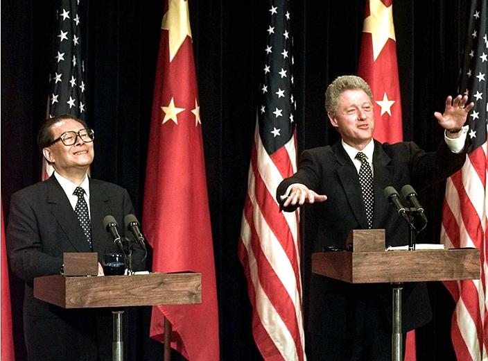 1997年时任国家主席江泽民国事访问美国,与总统克林顿会谈。