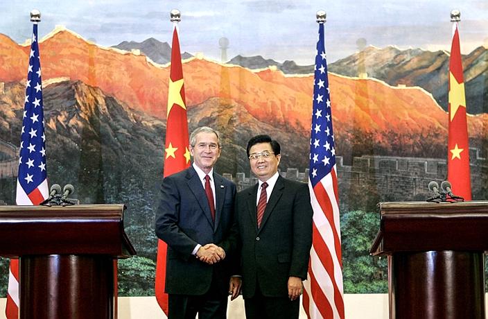 2005年時任國家主席胡錦濤在北京人民大會堂與到訪的美國總統小布殊會談。