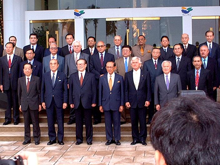 江澤民和出席博鰲亞洲論壇成立典禮的嘉賓合照,前排左四位置為拉莫斯。