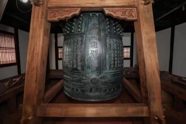 中國向日本長崎興福寺捐贈的「世界和平鐘」。新華社圖片