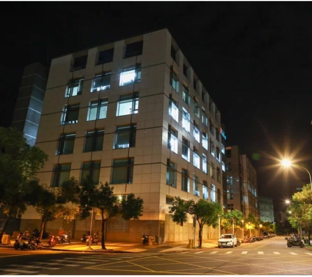 位於台北內湖的台灣蘋果日報大樓,日前已卸下招牌,昨天入夜後大樓內部依舊燈火通明。聯合報圖片