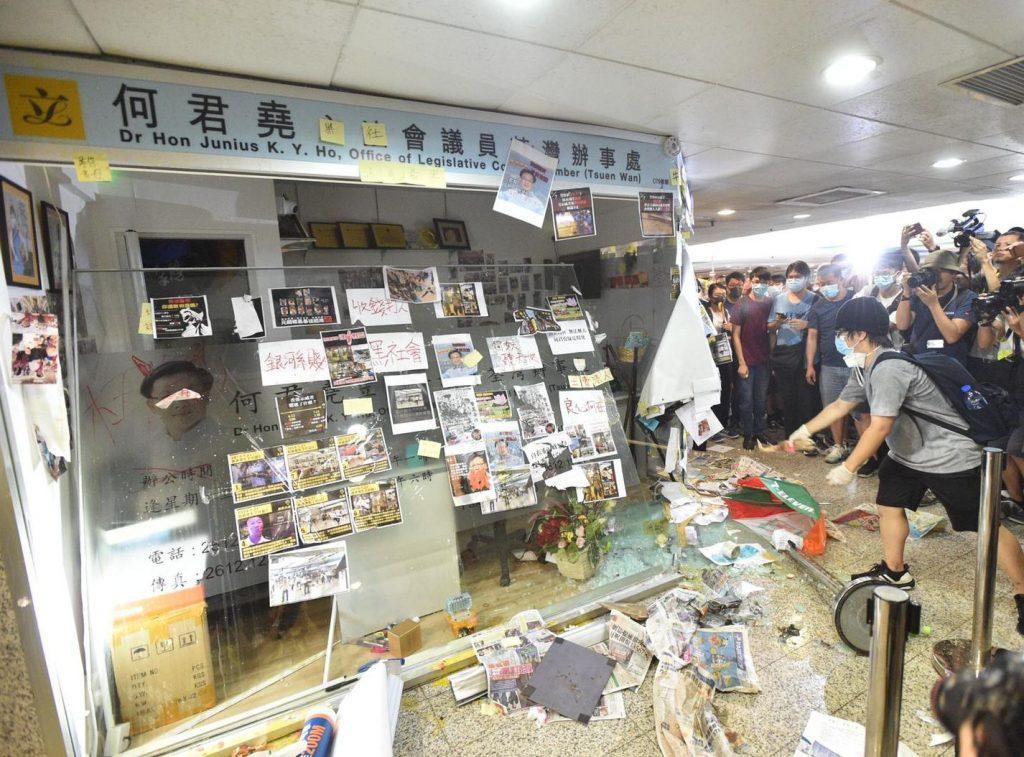 何君堯荃灣辦事處前年遭嚴重破壞。資料圖片