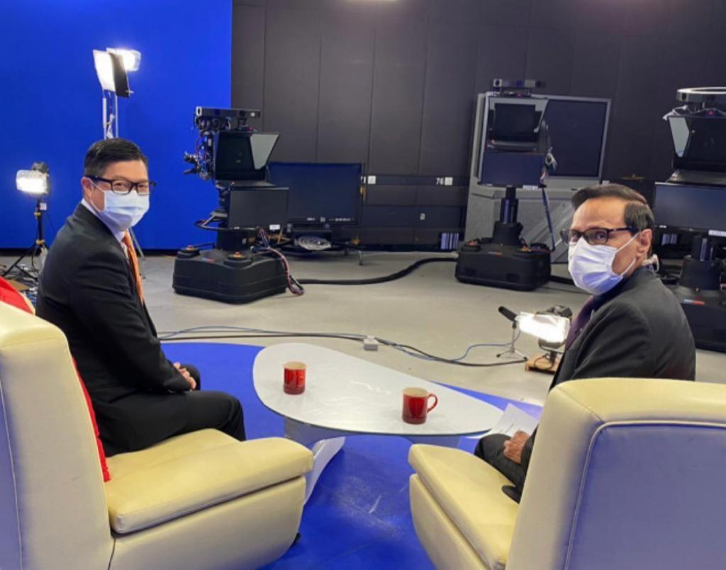褚簡寧(右)訪問一哥鄧炳強(左)。