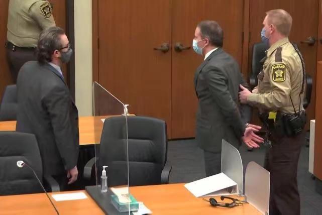 蕭萬(中)被從法庭上帶走。《紐約時報》圖片
