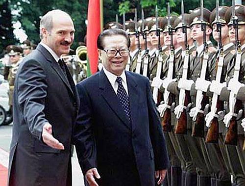 2001年时任国家主席江泽民访问白俄罗斯。已是切尔诺贝尔核电厂事故后15年,当地人民仍然受放射性物质影响之苦。
