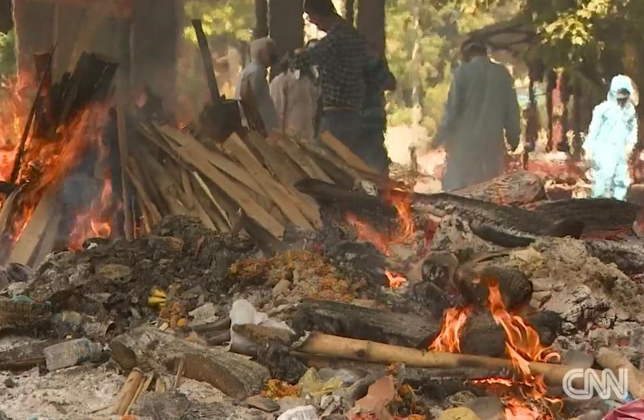 印度火葬場人滿為患,就在街頭燒屍。
