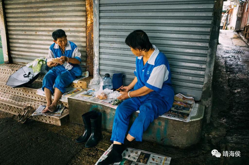 李敏妮說出一個社會的諷刺:政府每年發布貧窮情況報告,但它聘請的五萬名外判清潔工也是拿最低工資的,換句話說,政府在制度上也支持這種剝削。政府外判清潔工連休息吃飯的地方都沒有。圖片:賴憶南/樂施會