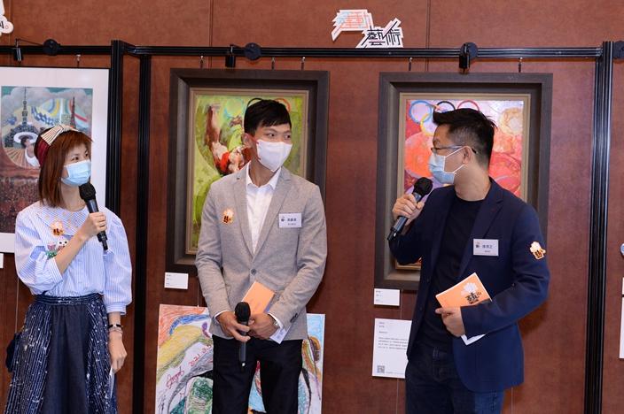 《敢动艺术》其中一对组合,艺术家徐沛之(右)分享他的作品如何展现攀石运动员游嘉俊(中) 坚毅不屈的精神。