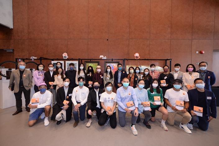 主办机构、协办机构代表与参与《敢动艺术》项目的运动员和艺术家大合照。