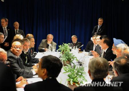 图:奥巴马要硬闯,中方保安人员十分为难。