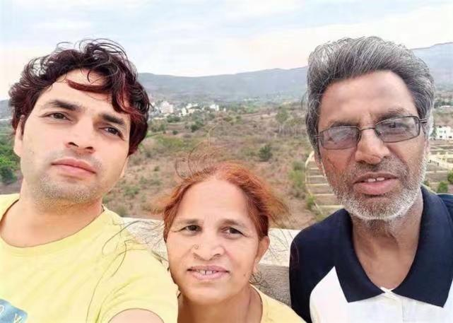 這是阿賈伊·科利(左)和他的父母薩維特里·科利、拉姆·普拉薩德·科利。