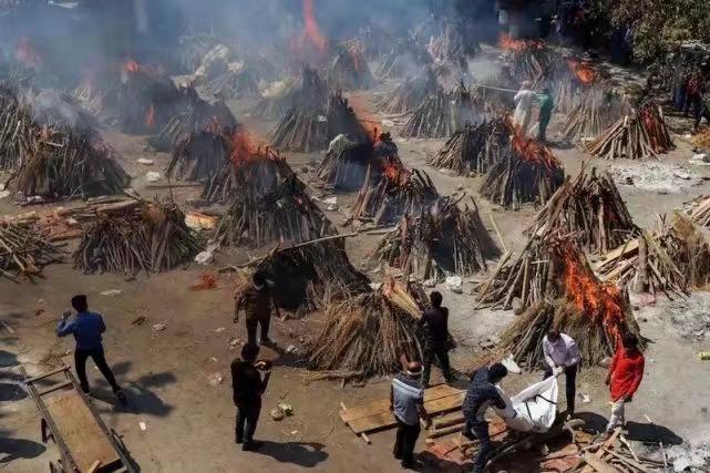 火葬場內一個又一個的柴火堆,代表著死亡。