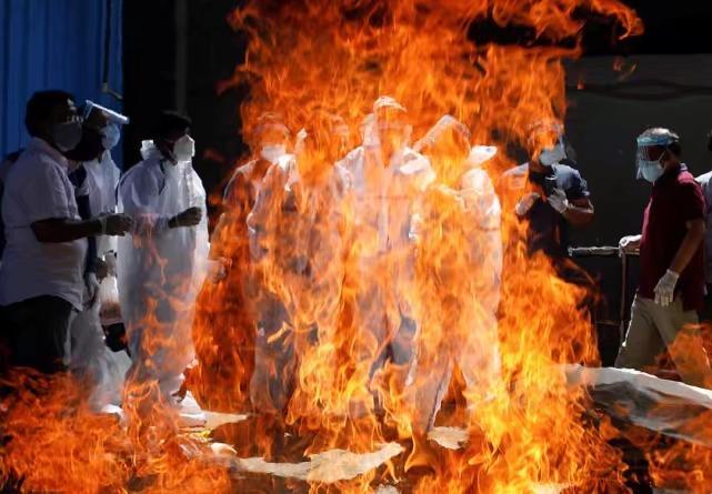 生命在大火中消散。