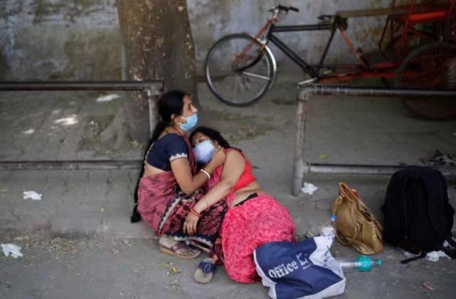 如今印度隨便就有人在路旁倒下失救。