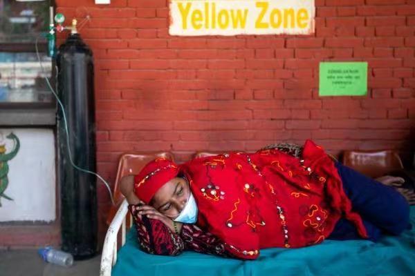 4月30日,一病人在尼泊爾加德滿都醫院的急診室外接受氧氣治療。