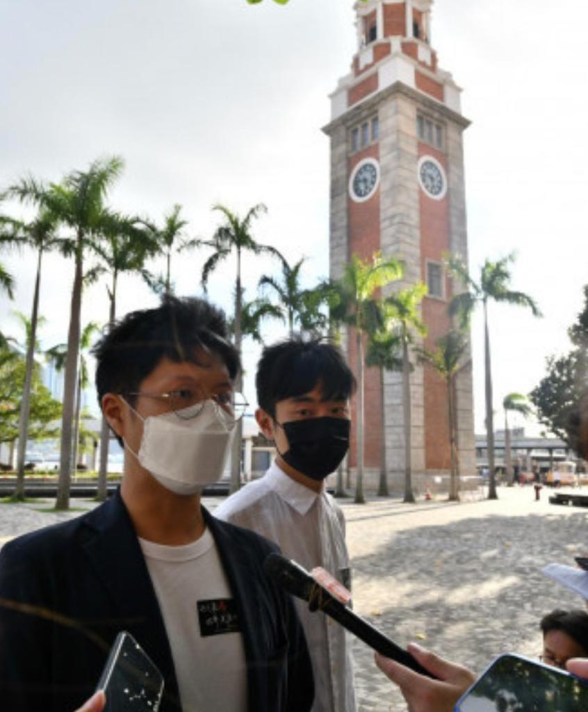 巫堃泰(左)去年與葵青區議會副主席張文龍去年六四在文化中心旁邊獻花。