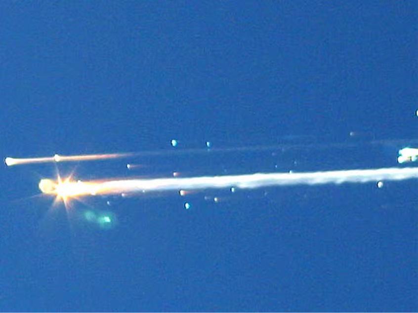 長征5號B火箭殘體劃過空中。