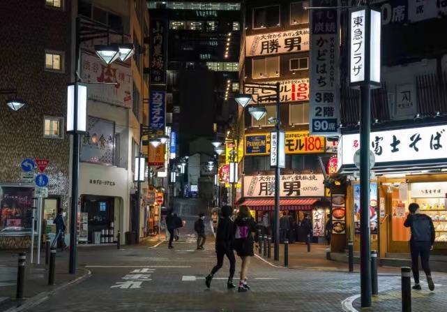 5月7日,日本东京涩谷街头行人稀少。新华社图片
