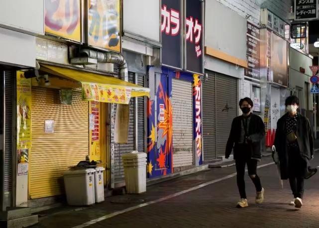 5月7日,行人经过日本东京结束营业的店铺。新华社图片