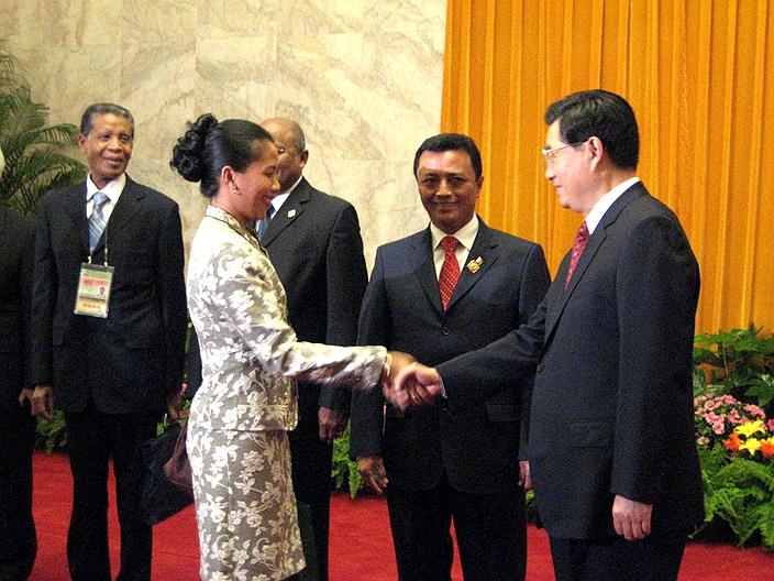 胡錦濤主席在2006年11月初舉行的中非論壇上為陳太作最後拉票。