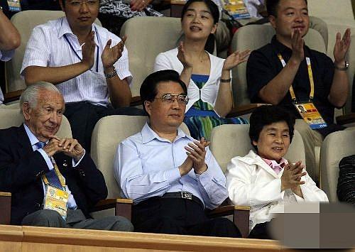 胡锦涛现场观战中美女排比赛。