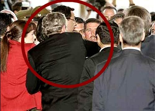 小布什(红圈)冲入双方保人员中,一手拉出自己的保镖。