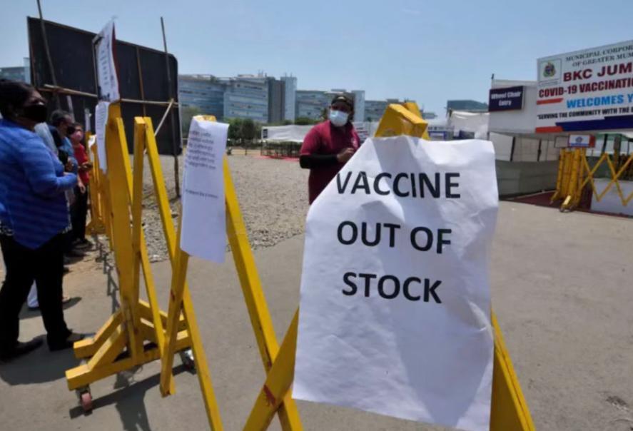 由於新冠疫苗短缺,孟買的一家接種中心關閉。