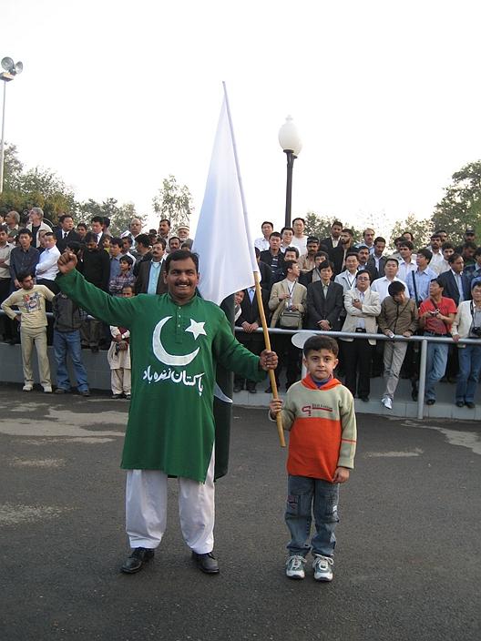印巴边境的降旗仪式已被开发成旅游景点。图为笔者在2004年所摄。