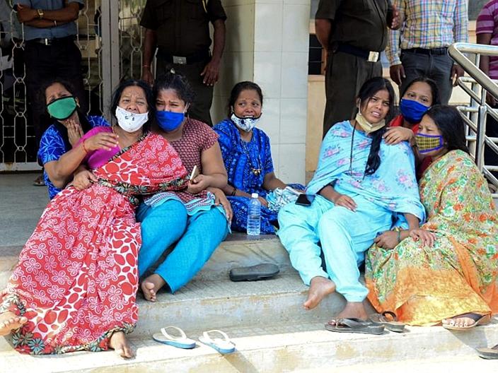 疫情肆虐下,印度的人民处于水深火热,痛失至亲。