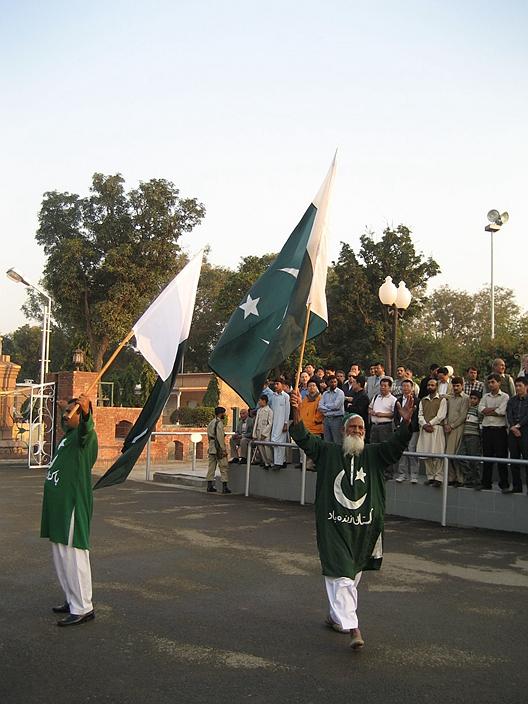 降旗仪式成为斗而不破的独特表演形式。