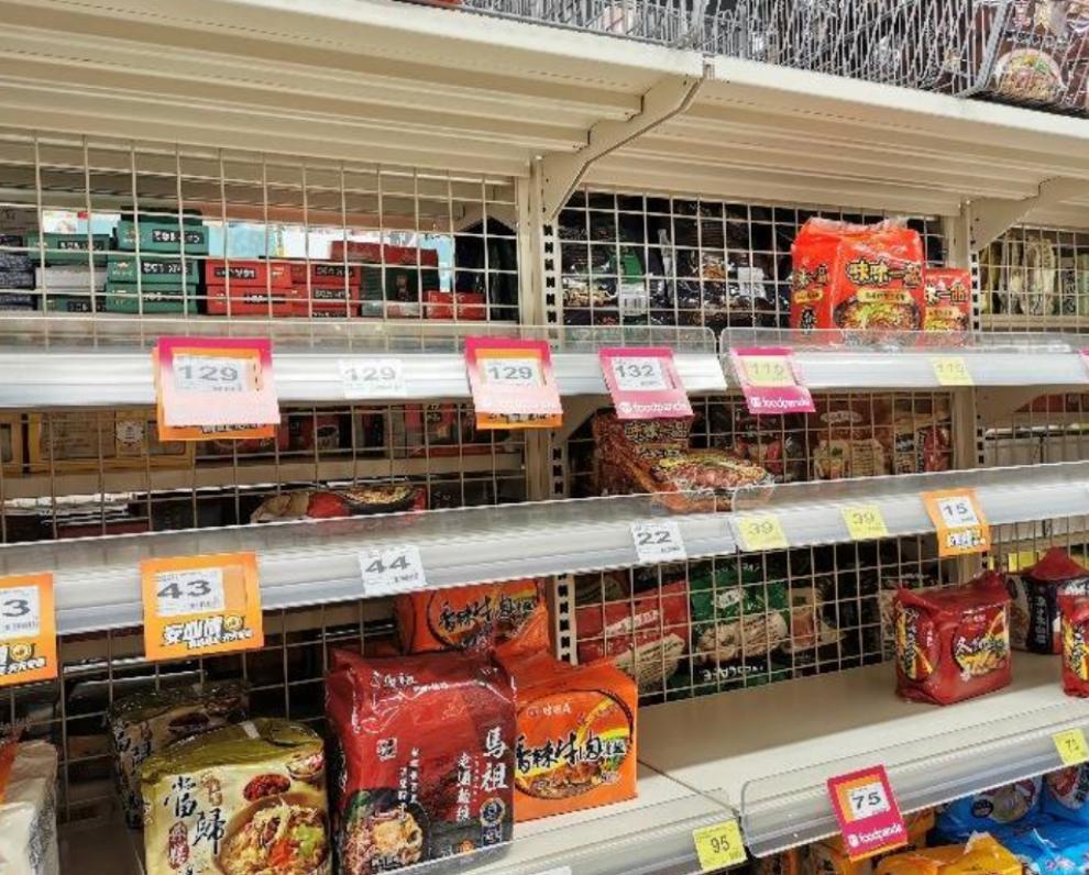 台北超市貨架空空如也。