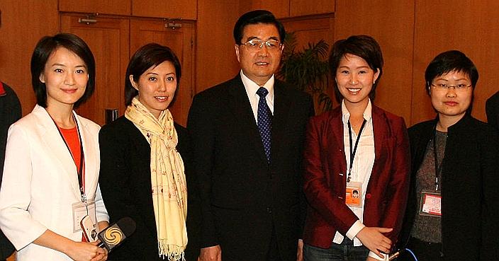 胡主席2006年在印巴访问期间与香港记者见面。(左2为笔者)