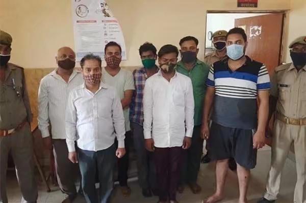 7名來自巴格帕特地區的男子潛入火葬場偷死者衣物。