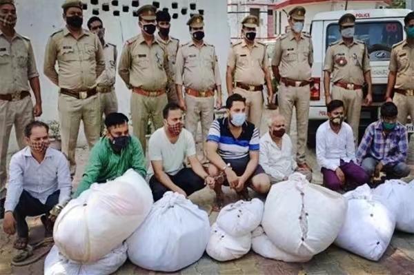 警方在這伙人的店裡發現了大量的贓物。