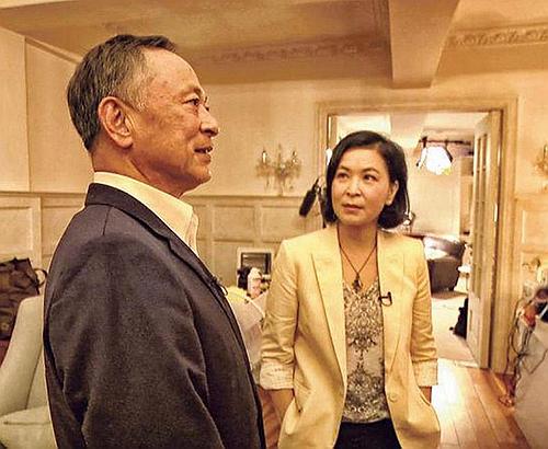 蘇玉華(右)主持《鏗鏘說》,訪問導演杜琪峯(左)。