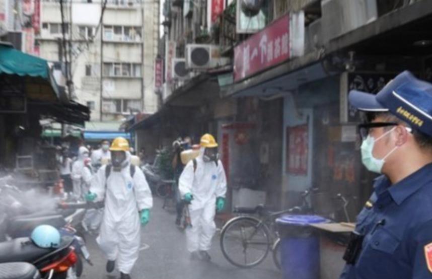 疫症爆發地萬華茶室正進行清洗消毒。東森新聞雲圖片