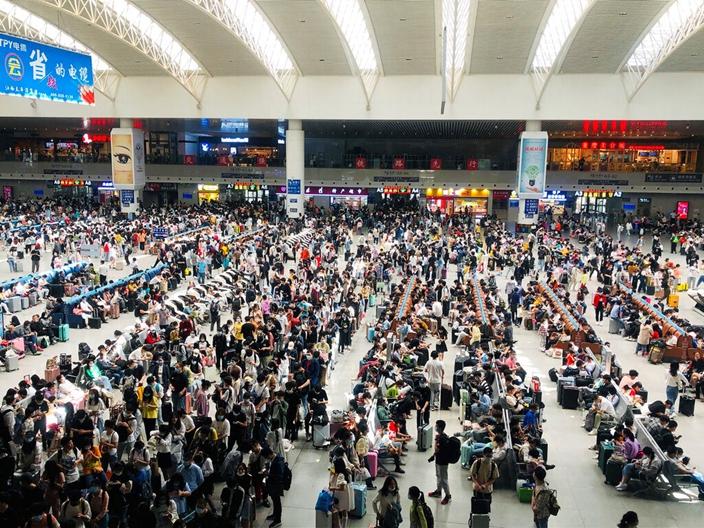 中國疫情受控,長假到處出現歡樂的人潮。(AP圖片)