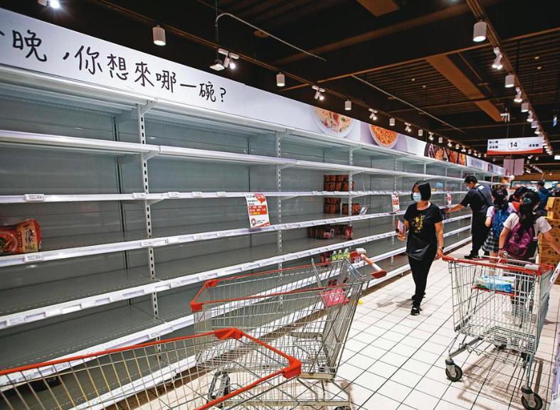 台北一家大型量販店湧現囤貨潮,但政府強調防疫與民生物資非常足夠,不需要搶購。鏡週刊圖片