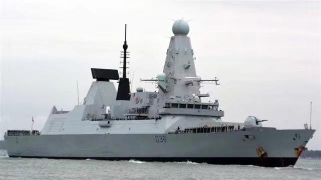 """英国军舰""""保卫者""""号通过俄罗斯黑海水域。"""