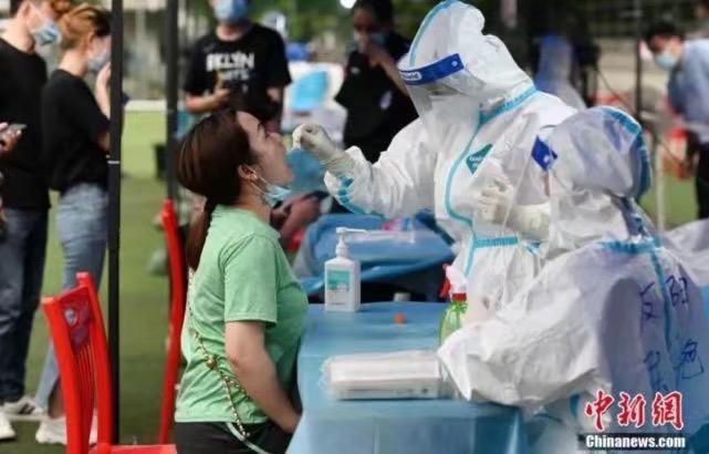 5月30日,廣州市海珠區,醫護人員在鷺江球場為市民做核酸檢測。中新網圖片