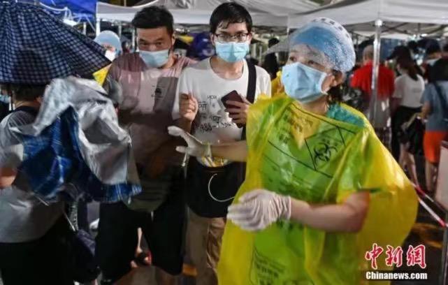 5月30日晚,廣州市天河區萬佳服裝批發廣場臨時核酸檢測點。中新網圖片