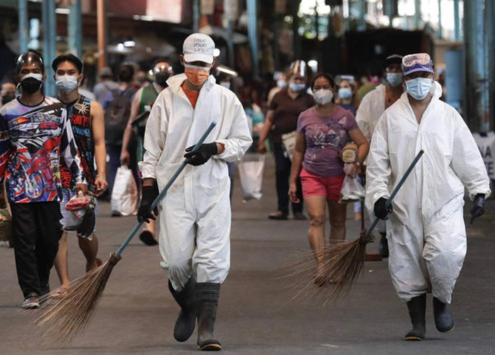 菲律賓疫情嚴重,衛生人員在馬尼拉清潔。AP圖片