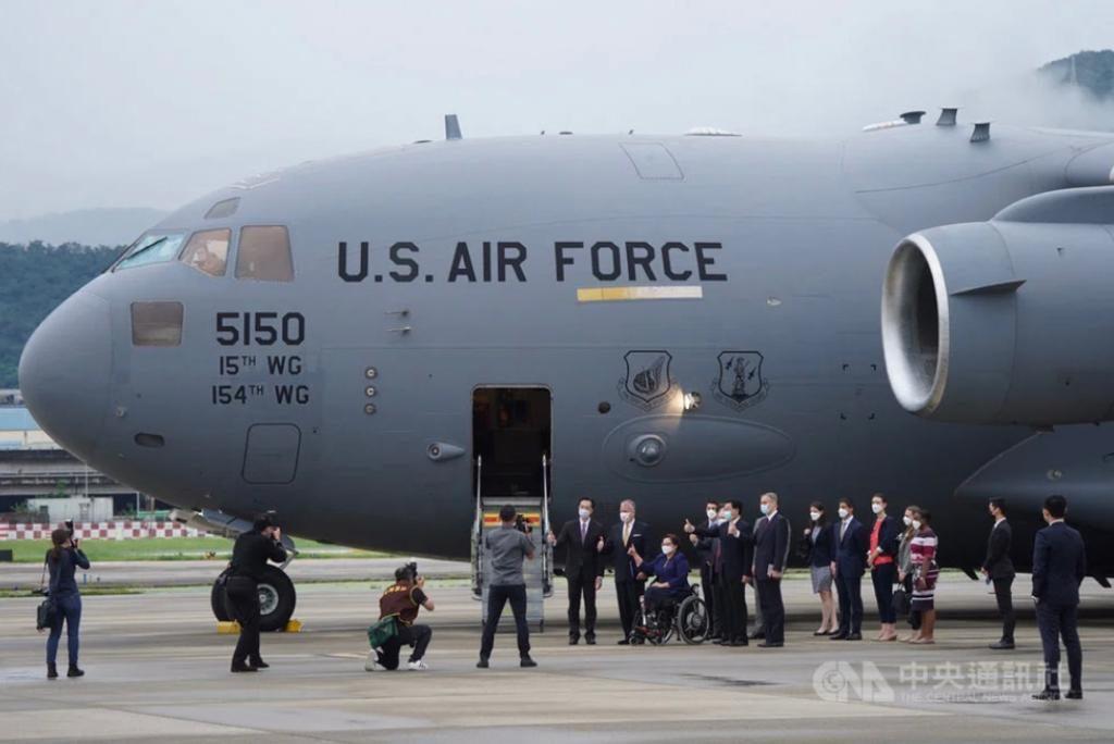 美國參議員坐美軍C-17運輸機訪台。